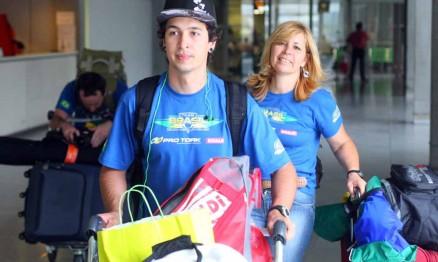 Ratinho e sua mãe (Soraya) desembarcando no aeroporto na França
