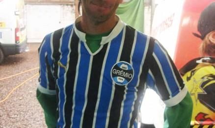 Vitor com a velha e surrada camisa do Grêmio