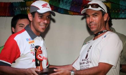 Dário Júlio recebeu troféu das mãos de Breno Beltrão, presidente da FAM
