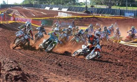 Largada da abertura do Paranaense de Motocross