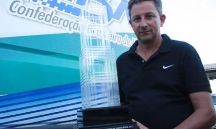 Claudio Chies mostra o troféu do vencedor da MX1