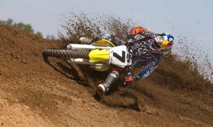 Stewart testando sua nova moto em sua pista particular
