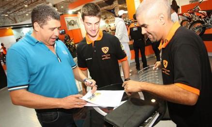 Davi Teixeira, Jean Ramos e Cale Neto assinando o contrato