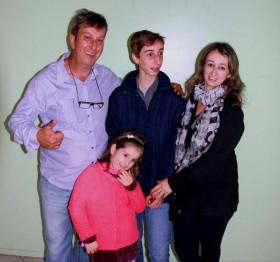 Paulo Della Flora, Presidente da FGM, com sua família, a esposa Jussara, o piloto Gabriel e Duda, a filha caçula