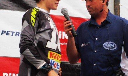 Enzo sendo entrevistado pelo narrador do Brasileiro de MX, Christian Mascary, após a conquista do campeonato em Paty do Alferes.
