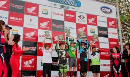 Podium 65cc com o campeão ao alto