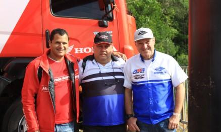 O aniversariante do dia 15/12, Léo Dia,s a direita, com Wellington Valadares (IMS) e Márcio MCR