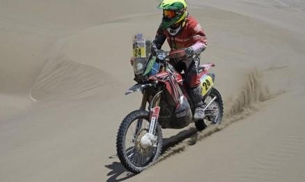 Jean Azevedo sofre com os elementos da natureza no Dakar