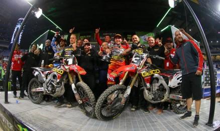 Tudo vermelho! Equipe GEICO Honda comemora sua volta ao topo do pódio do AMA Supercross 2015.
