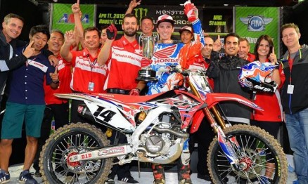 O Red Team comemora a primeira vitória de Cole Seely.
