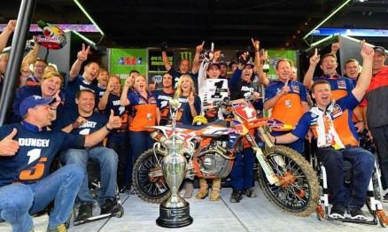 Toda a equipe KTM comemora o bicampeonato de Ryan Dungey, o primeiro título da KTM na categoria principal.