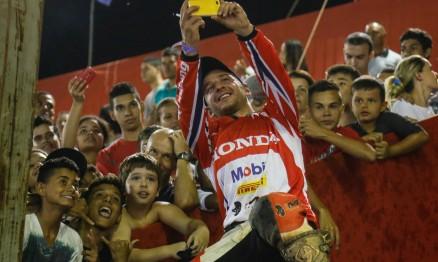 Esbanjando simpatia, Paulo Alberto comemora a vitória na estréia da categoria principal com o público e tira uma 'selfie' com a torcida.