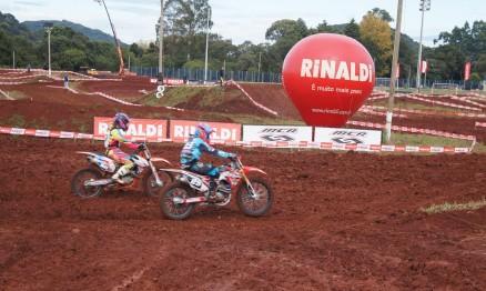 Maiara Basso e Stefany Serrão em uma disputa acirrada em Marau.