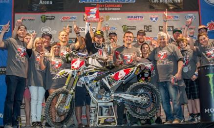 Kyle Regal e a equipe comemoram o título inédito.