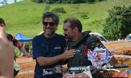 O pai de Swian (à esquerda) compareceu ao evento e entregou troféus aos vencedores da etapa.