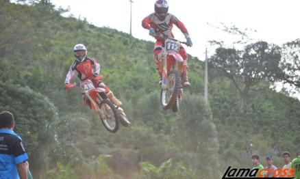 Marcelo Pereira #112 e Reginaldo Júnior #416 em disputa apertada na Intermediária A.