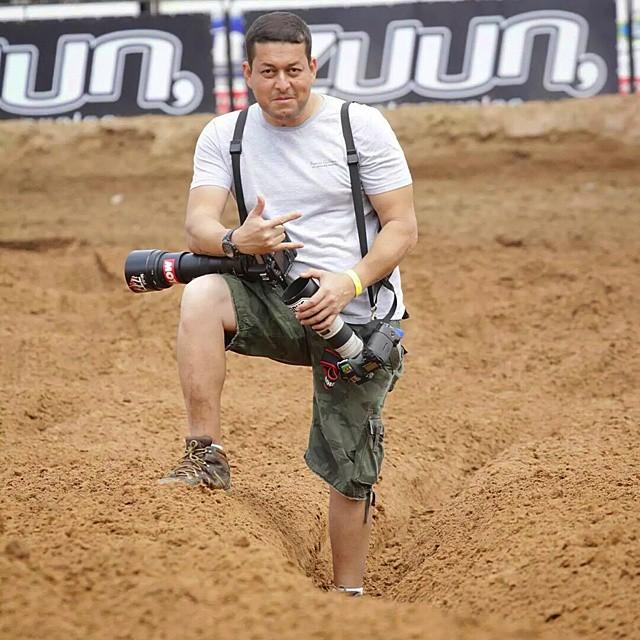 Vandinho no Brasileiro de Motocross sendo fotografado por Kelson Rene.