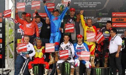 Nuno Narezzi primeiro da direita (embaixo): Corrida dos Campeões no GP Brasil de Motocross 2013 no Beto Carrero World.