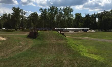 A grama será cortada antes das motos entrarem na pista.