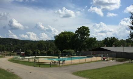 A piscina abriu na terça e não estará vazia durante as próximas semanas.