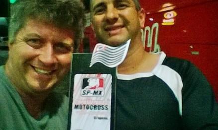 Fabiano e Sílvio com troféu no pit stop para jantar antes de seguirem caminho de casa.