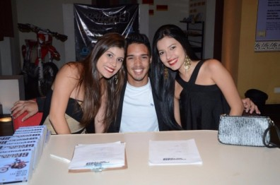 Pedro Neto com fãs e amigos
