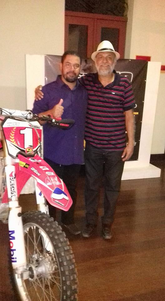 O pai do piloto, sr Pedro Melo ao lado do ator Chico de Assis.