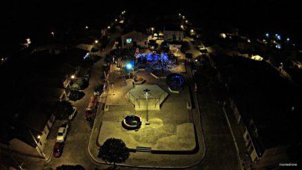 A cidade de Carrapateira visualizada a noite.