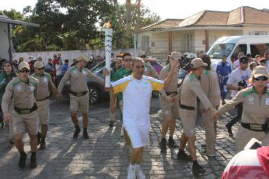 Pai de Marronzinho conduzindo a tocha. Foto: Elvis Palma / site notisul