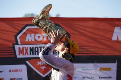 Jed Beaton comemora o título de campeão 2016 da MX2.