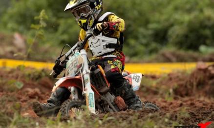 Promessa carioca da 50cc em busca de apoio para participar de etapa do Arenacross