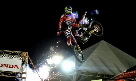 Em noite inspirada, Hector Assunção fatura corrida impressionante da MX2 no Arena Cross em Campinas