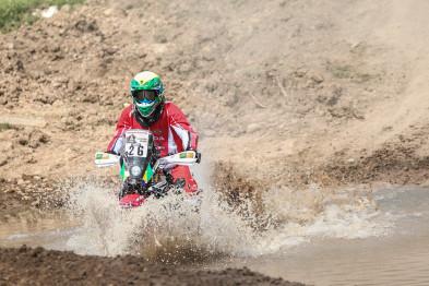Jean Azevedo, único brasileiro nas motos no Rally Dakar, cai na etapa e tem dia desafiador na Argentina